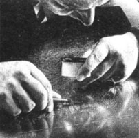 Мастер гравер за работой